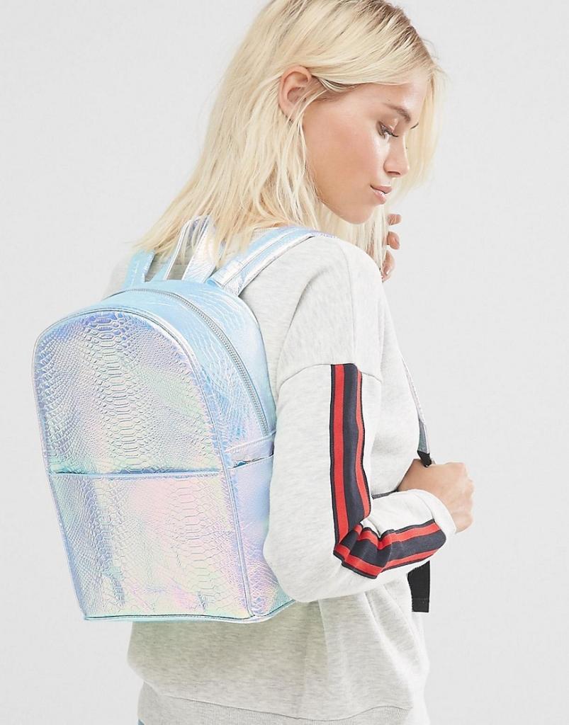 Complementos de moda para este verano - Mochila de serpiente sintética con diseño holográfico exclusiva de Skinnydip