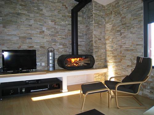 Estufas y chimeneas de le a como elemento decorativo en - Salones modernos con chimenea ...