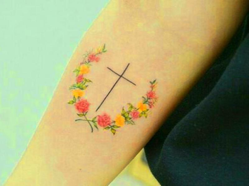 tatuaje realista flores brazo mujer