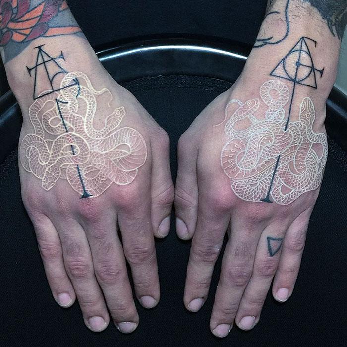 tatuaje combinando blanco y negro